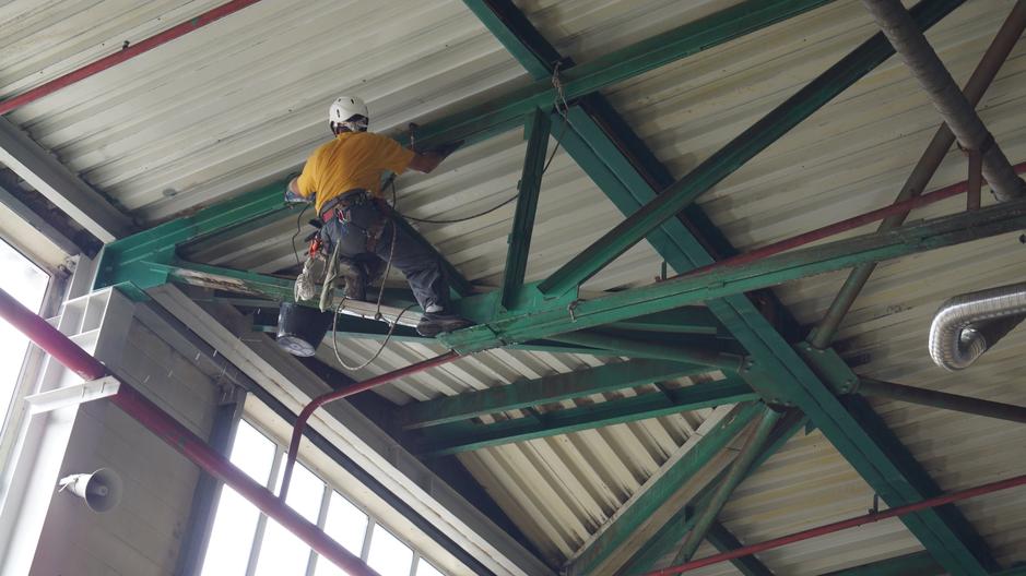 Обеспыливание стен и потолка методот промышленного альпинизма