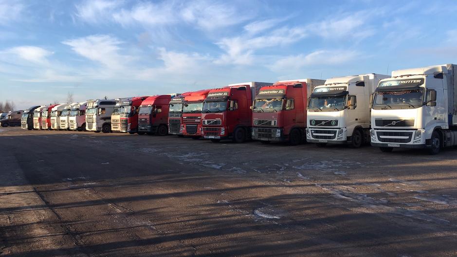 Платная парковка на 50 грузовых автомобилей.