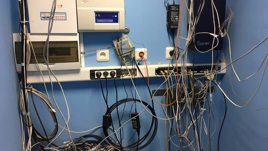 Серверная: оптиковолокно, мини АТС, пожарная сигнализация, видеонаблюдение, охранная сигнализация.
