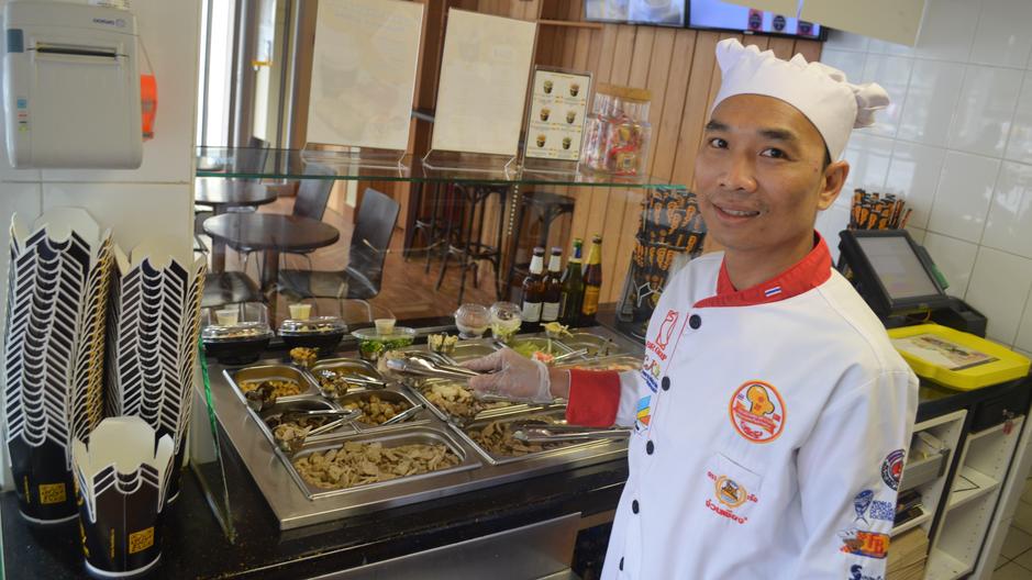 Блюда готовятся по аутентичным тайским  рецептам бренд-шефом кафе «НАВОКЕ» Сатином Вирапханом