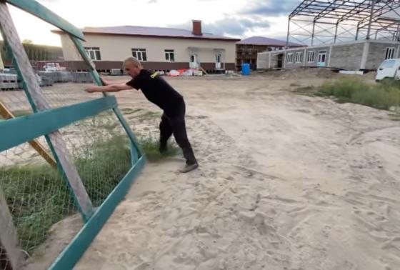 Уважаемый Руководитель высшего исполнительного органа государственной власти Приморского края руководил на месте строительством новой школы.