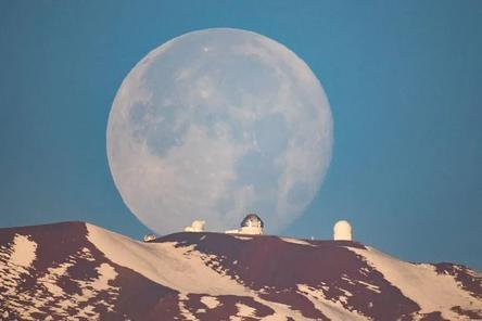 Луна над вулканом Мауна-Кеа, Гавайи / Фото: ©twimg.com