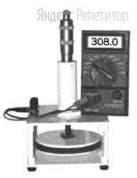 Конденсатор образован двумя круглыми металлическими пластинами радиуса ... см, между которыми находится пластина текстолита толщиной ... мм такого же радиуса. При измерении электроемкости фарадометр показал значение ... пФ (см. рисунок).