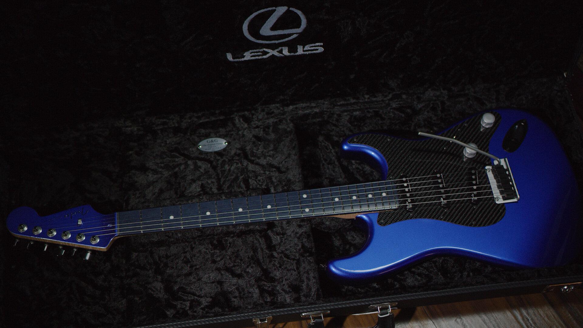 Lexus и Fender разработали необычную гитару: она выглядит синей, но на самом деле нет