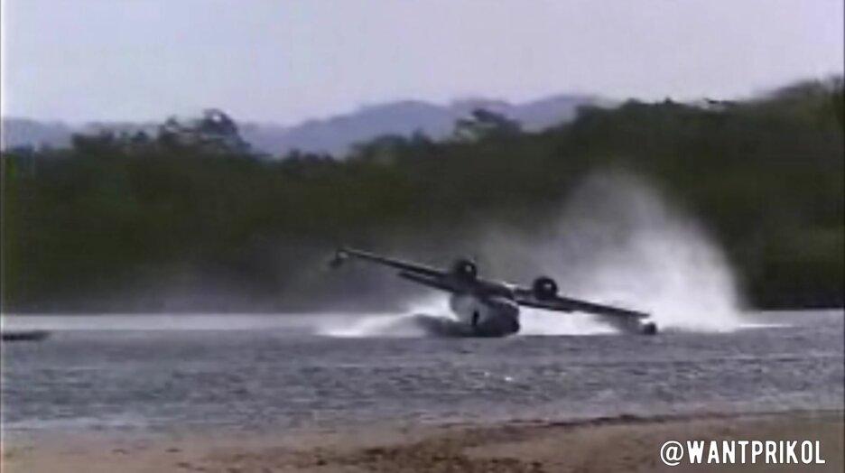 Посадил самолет на реке. Видео прикол