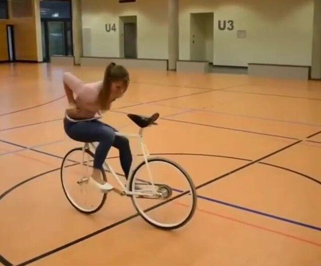 Танец на велосипеде. Видео прикол