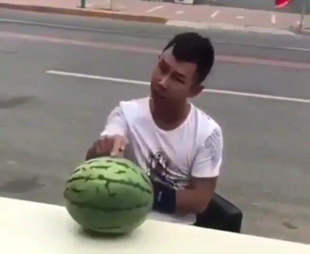 Как правильно разбивать арбуз с головы. Видео прикол