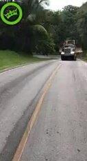 Грузовик с трактором не смог подняться в гору. Видео прикол