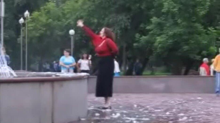 Тетка в экстазе у фонтана. Видео прикол