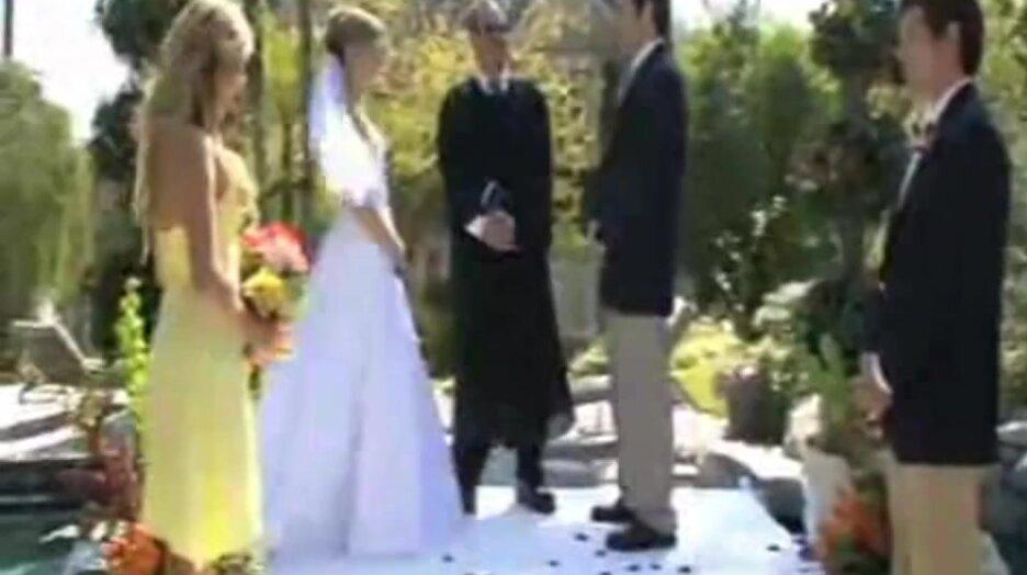 Нечаянно подтолкнул невесту в бассейн. Видео прикол