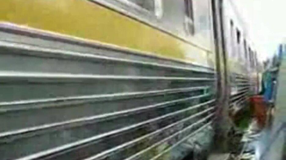Вот так ходят поезда в Бангкоке. Видео прикол