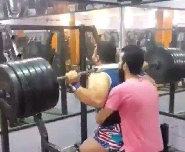 Кто сильнее мужик или штанга. Видео прикол