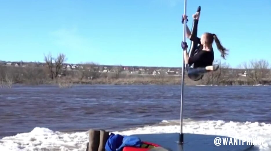 Девушка танцует на шесте, на льдине. Видео прикол