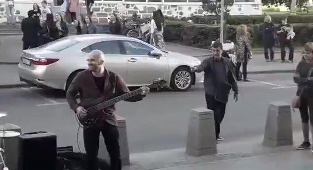 Не стоило приставать к уличным музыкантам. Видео прикол