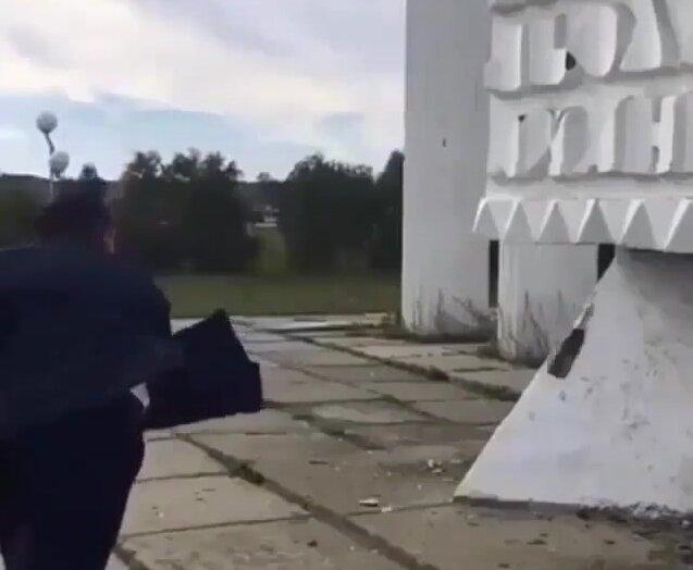 Попытался разбить бутылку. Видео прикол