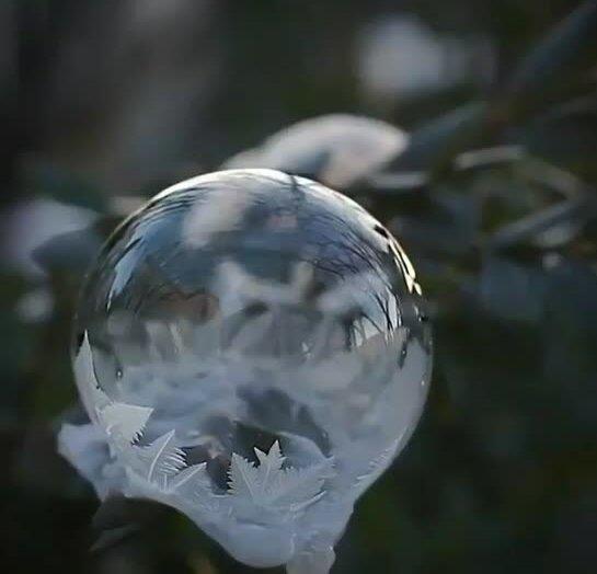 Как замерзает мыльный пузырь. Видео прикол