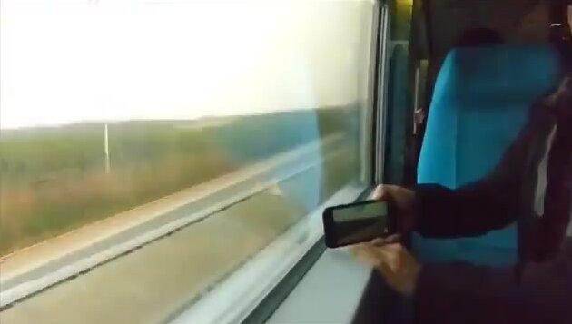 Два скоростных поезда едут друг другу на встречу. Видео прикол