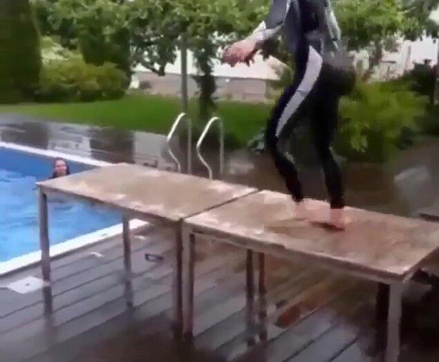 Прыжок со стола в бассейн. Видео прикол