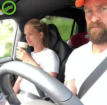 Парень подшутил над девушкой во время поездки на машине. Видео прикол