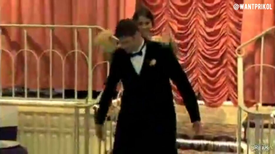 Не удержал невесту на свадьбе. Видео прикол