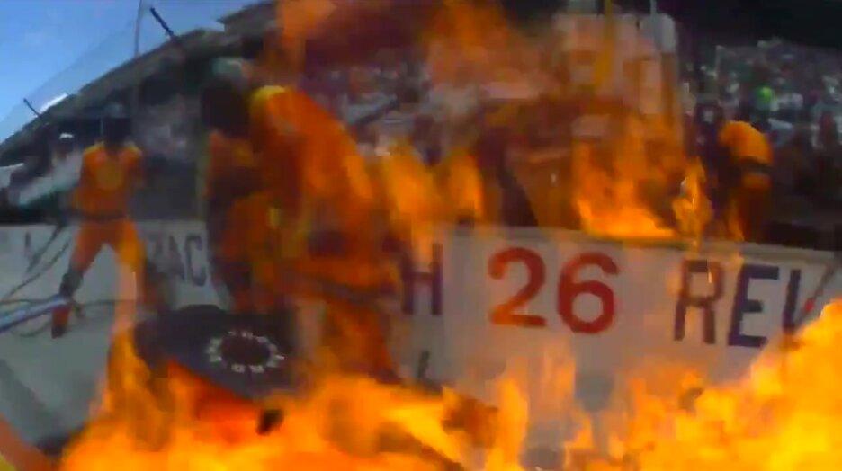 Гонщик оперативно потушил загоревшийся во время пит-стопа болид. Видео прикол