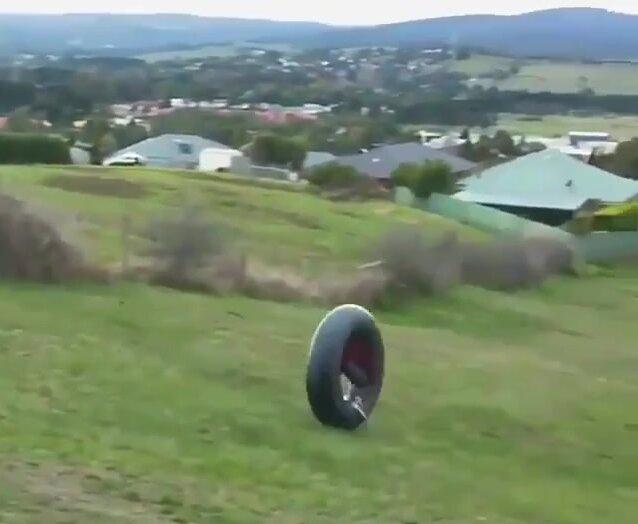 Парень спустился на резиновой камере вниз с холма. Видео прикол
