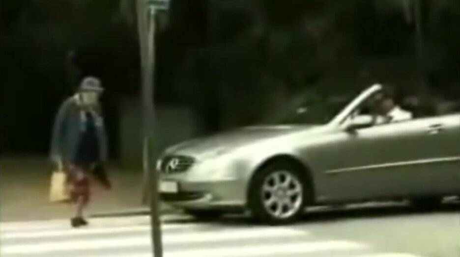Побибикал бабушке на пешеходном переходе. Видео прикол