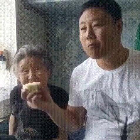 С бабулей не стоит шутить. Видео прикол