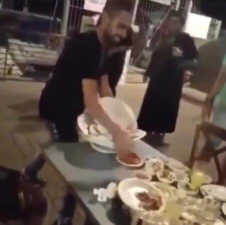 Официант умудрился унести за раз гору грязной посуды. Видео прикол