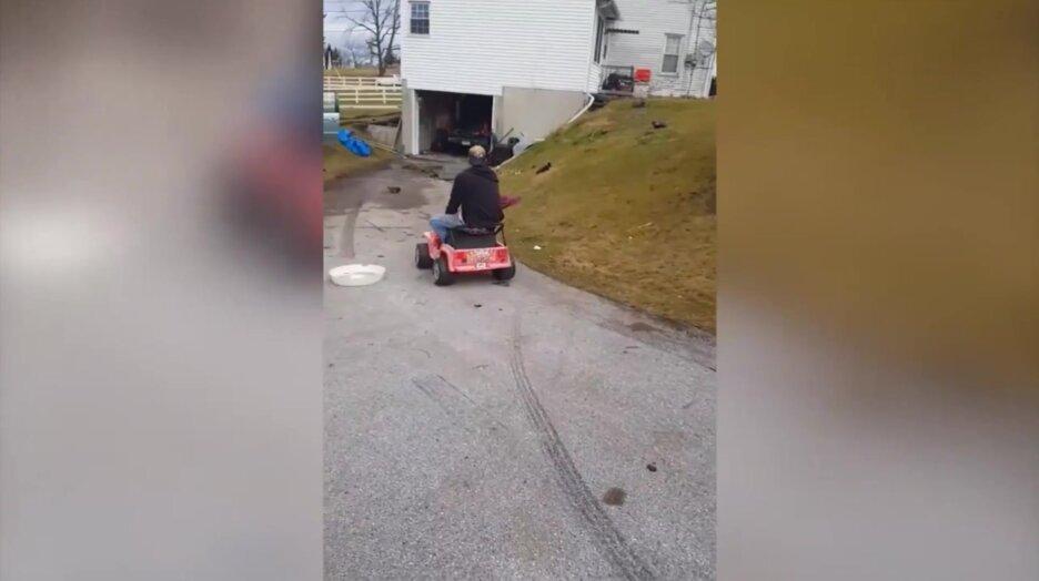 Большой дядя на маленькой машинке. Видео прикол