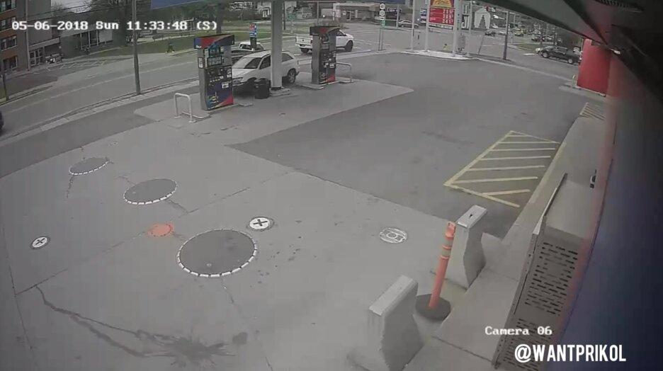 Парень сбил бензоколонку на джипе. Видео прикол