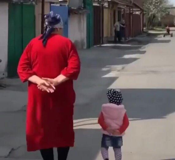 Девочка повторяет походку бабушки. Видео прикол
