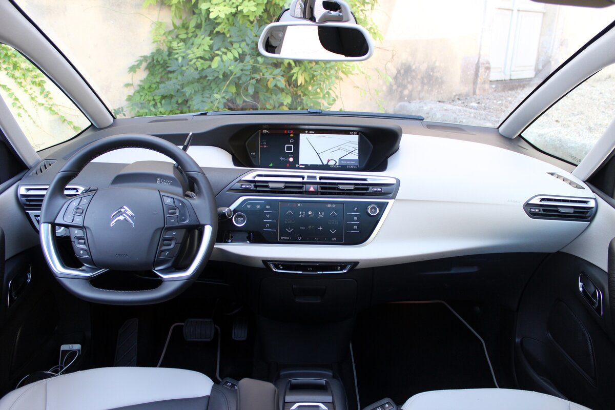 Citroen Grand C4 Spacetourer. Семейный минивэн
