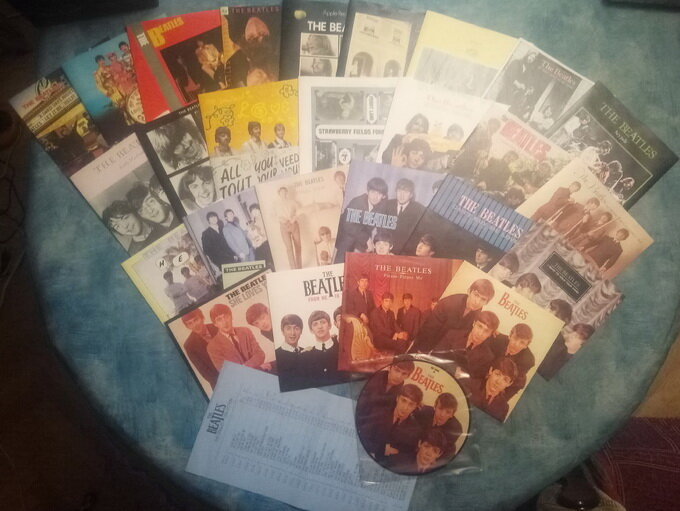 комплектация сборника группы The Beatles - Singles Collection (UK, 1982) (фото из личной коллекции)