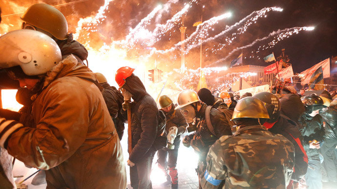 18 февраля 2014 года - Майдан - Fireworks explode near anti-government protester during clashes with riot police at the Independence Square in Kiev February 18, 2014