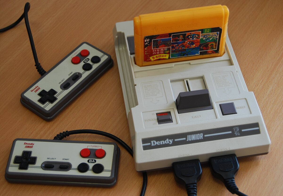 Источник фото: https://commons.wikimedia.org/wiki/File:Dendy_Junior_with_cart_and_joypads.jpg