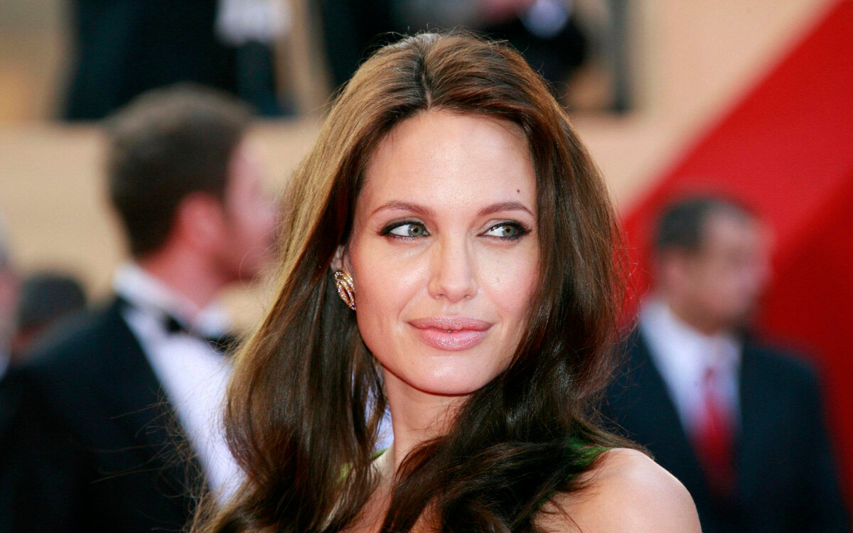 http://static.hdw.eweb4.com/media/wallpapers_1920x1200/celebrities/1/3/angelina-jolie-celebrity-hd-wallpaper-1920x1200-20277.jpg