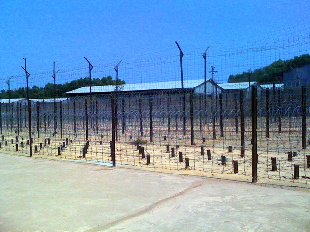 Creativ commons https://upload.wikimedia.org/wikipedia/commons/e/e3/Gef%C3%A4ngnisanlage_auf_Phu_Quoc_%22Coconut_Tree_Prison%22.jpg