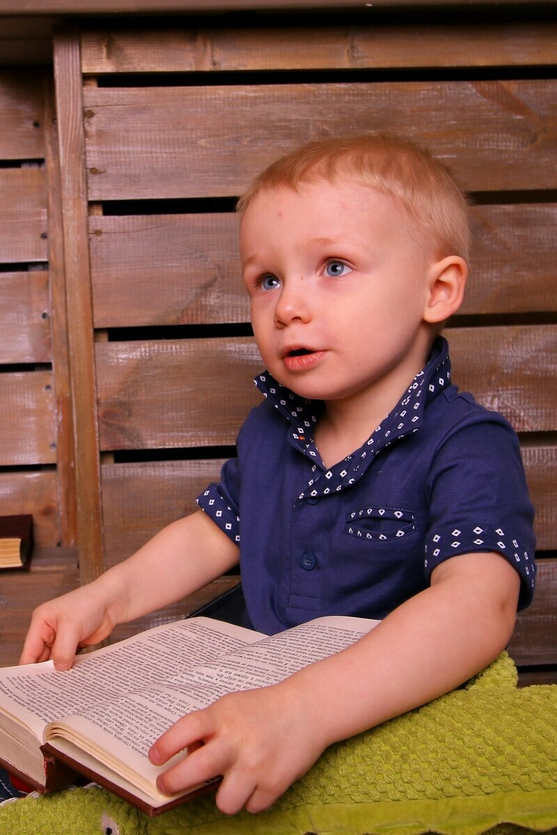 https://c.pxhere.com/photos/bf/df/boy_reading_with_a_book_baby_book_kid_eyes_reads-1287524.jpg!d