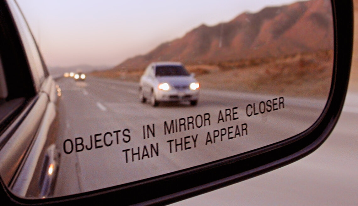 «Objects in mirror are closer than they appear» (объекты отраженные в зеркале ближе, чем кажутся). Источник изображения: aarp.org