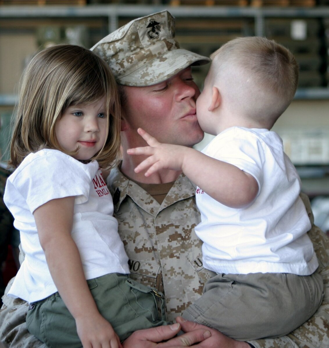 https://c.pxhere.com/photos/33/42/soldier_children_family_kids_marine_love_kiss_male-706347.jpg!d