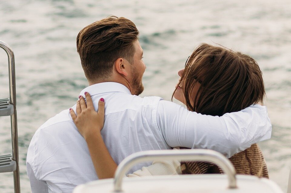 https://pixabay.com/photos/on-a-yacht-sweethearts-kiss-lovers-2920946/