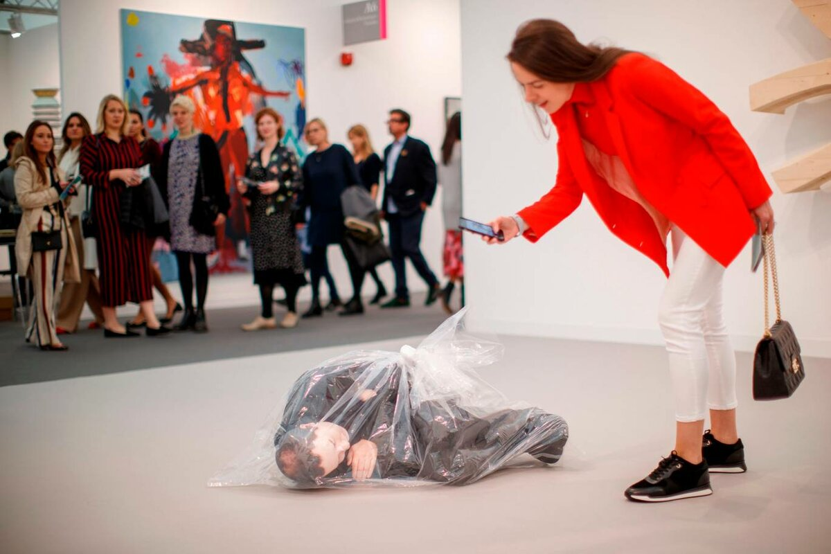 "FRIEZE LONDON 2018 / Посетители смотрят на работу ""Unemployment"" Josh Kline. © AFP/Getty Images"