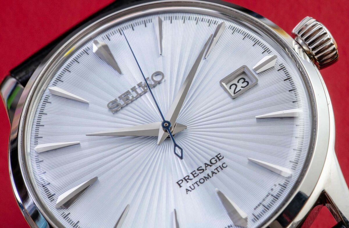 Another close-up photo of the dial. Personally, I really like the unusual texture, but how do you like it?