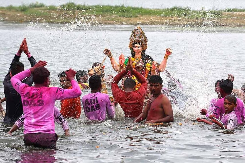 https://chitralekha.com/gallery/culture-gallery/devotees-immerse-an-idol-of-hindu-goddess-dashama-on-the-bank-of-river-sabarmati-at-the-end-of-dashama-festival-in-ahmadabad/