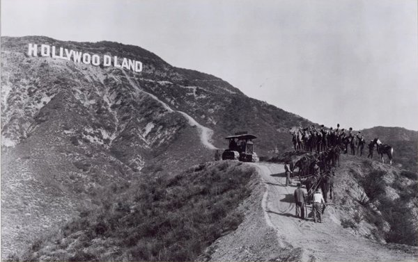 Рекламная вывеска Hollywoodland, установленная в 1923 году. Фото: obsessive-coffee-disorder.com