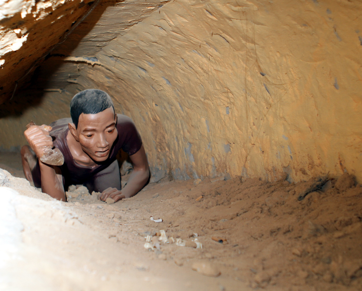 Creativ commons https://upload.wikimedia.org/wikipedia/commons/e/ef/Phu_Quoc_prisoner_digging_a_tunnel.jpg