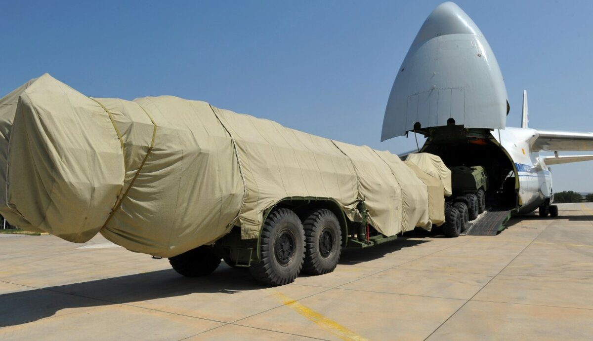The moment of loading the S-400 for Turkey