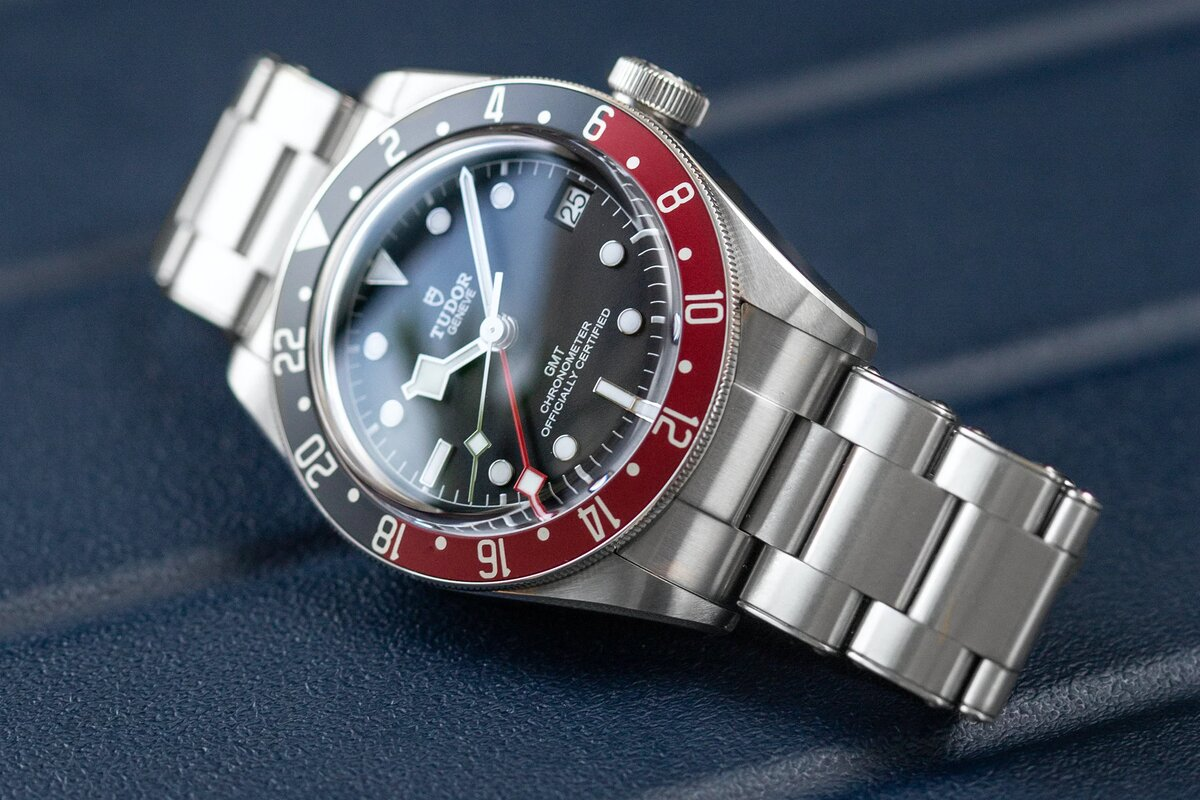 Convex sapphire crystal and aluminum bezel insert - everything is clearly visible in the light