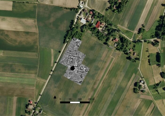 Наложение плана на местность. Источник фото: https://scienceinpoland.pap.pl/en/news/news%2C86800%2Carchaeologists-uncover-one-polands-largest-megalithic-cemeteries-stroke-luck.html